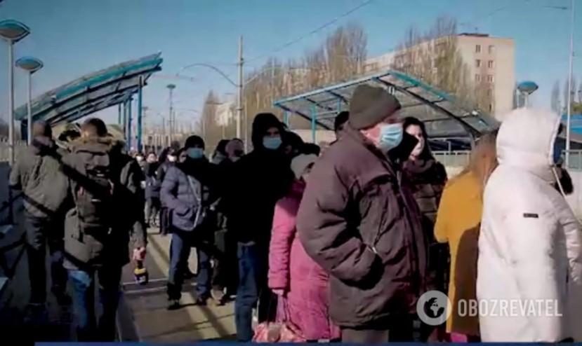 Гігантська черга на кінцевій зупинці трамвая № 3 / скріншот Obozrevatel