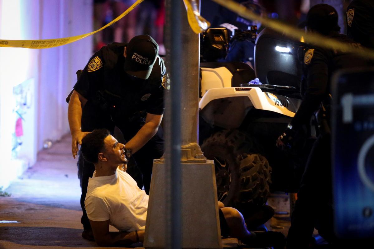 Полиция пытается угомонить молодежь возле Майами-Бич / фото REUTERS