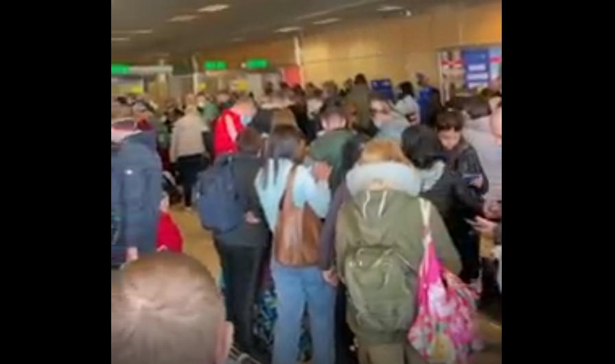 Толпа туристов в харьковском аэропорту / скриншот