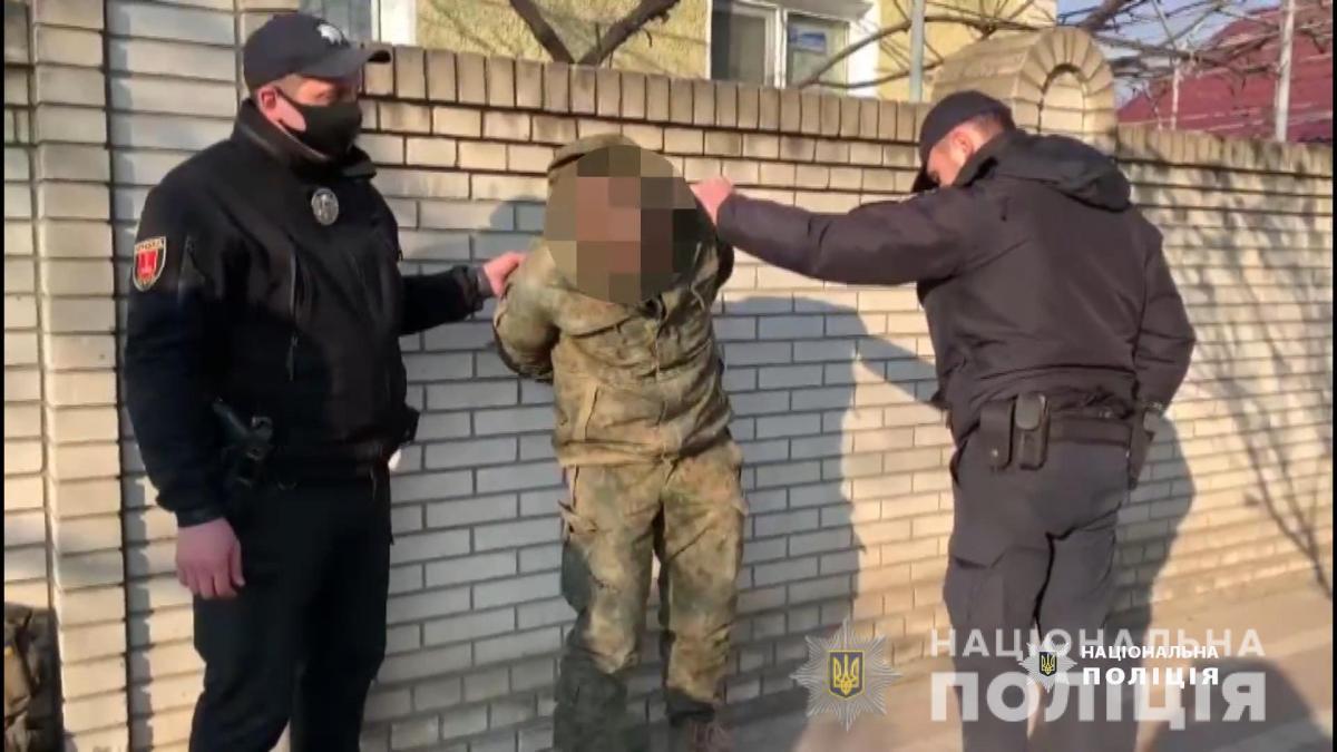 Мужчину, угрожавшего прохожим, задержали / фото Нацполиция