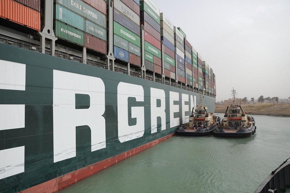 Возможно, придется разгрузить контейнеровоз, чтобы снизить его вес / Иллюстрация Reuters