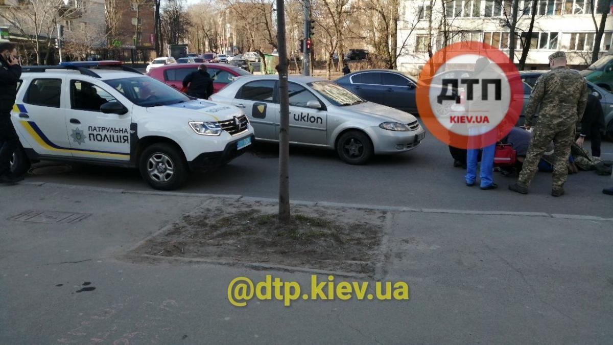 Врачи скорой уже уехали вместе с потерпевшей/ фото dtp.kiev.ua