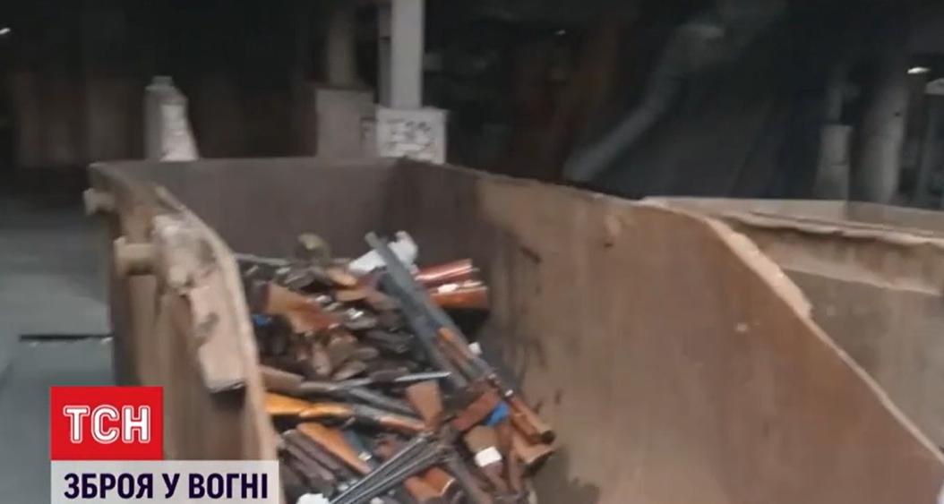 Сначала оружие загрузилив ковш \ скриншот с видео