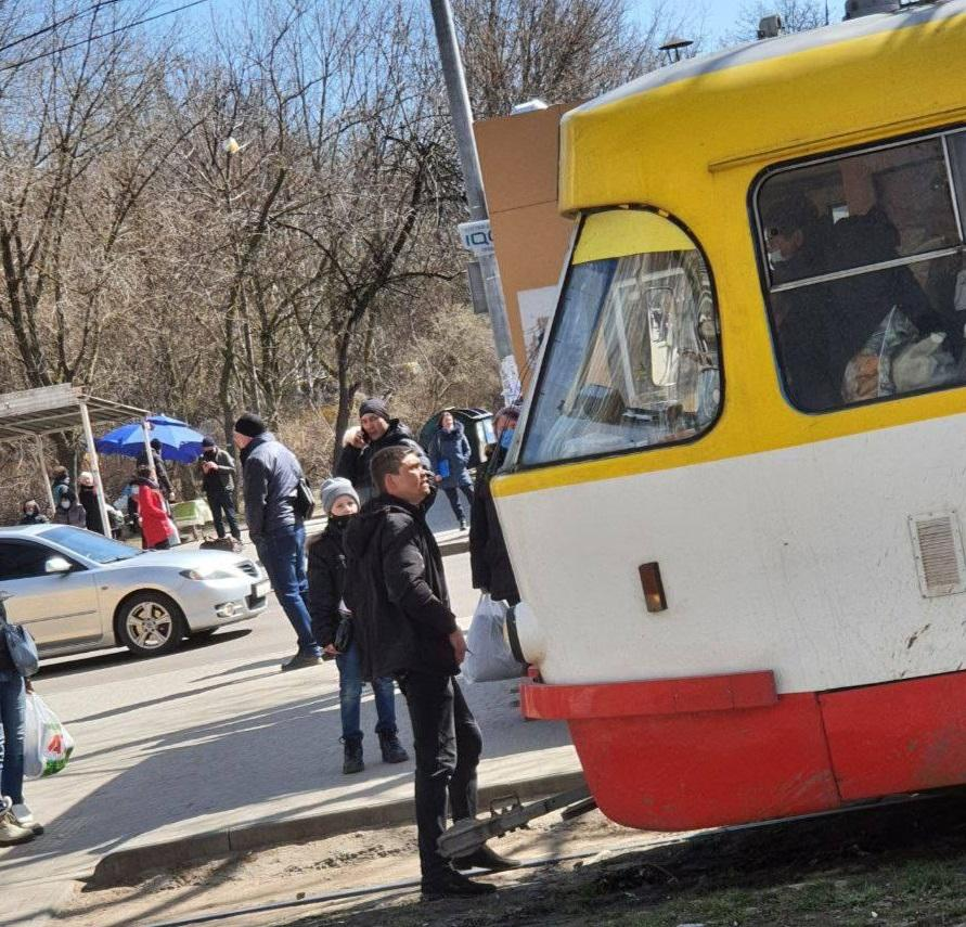 Мужчина на Марсельской требует, чтобы его пустили в трамвай \ Фото Елены Ротари
