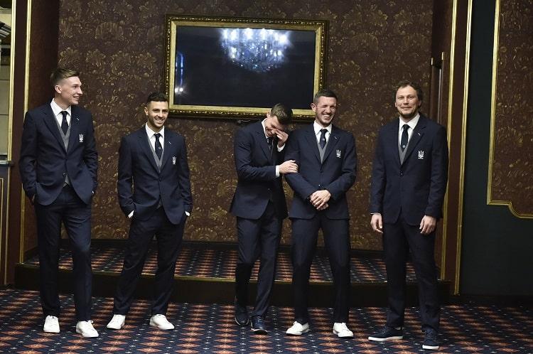 Игроки сборной Украины в деловых костюмах / фото УАФ