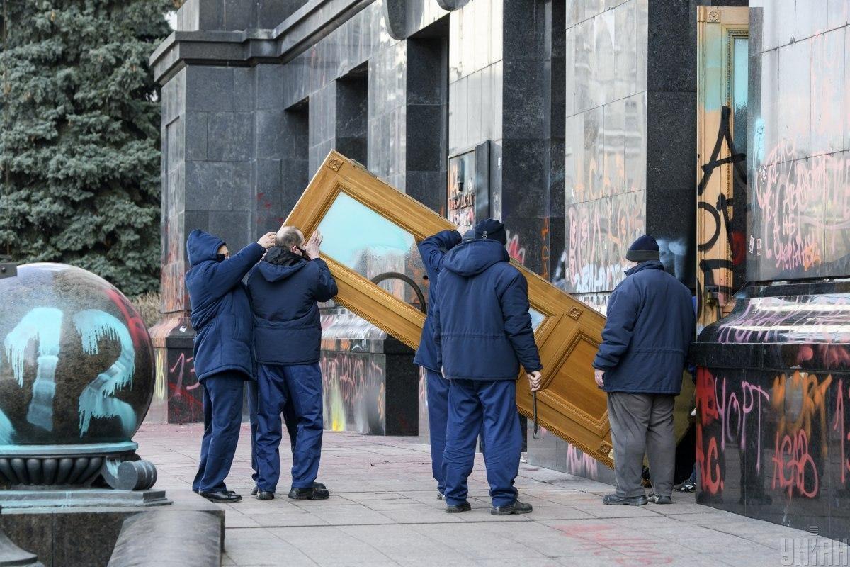 Двери хотят выкупитьпо цене на 10% выше, чем стоят новые/ фото УНИАН, Владислав Мусиенко