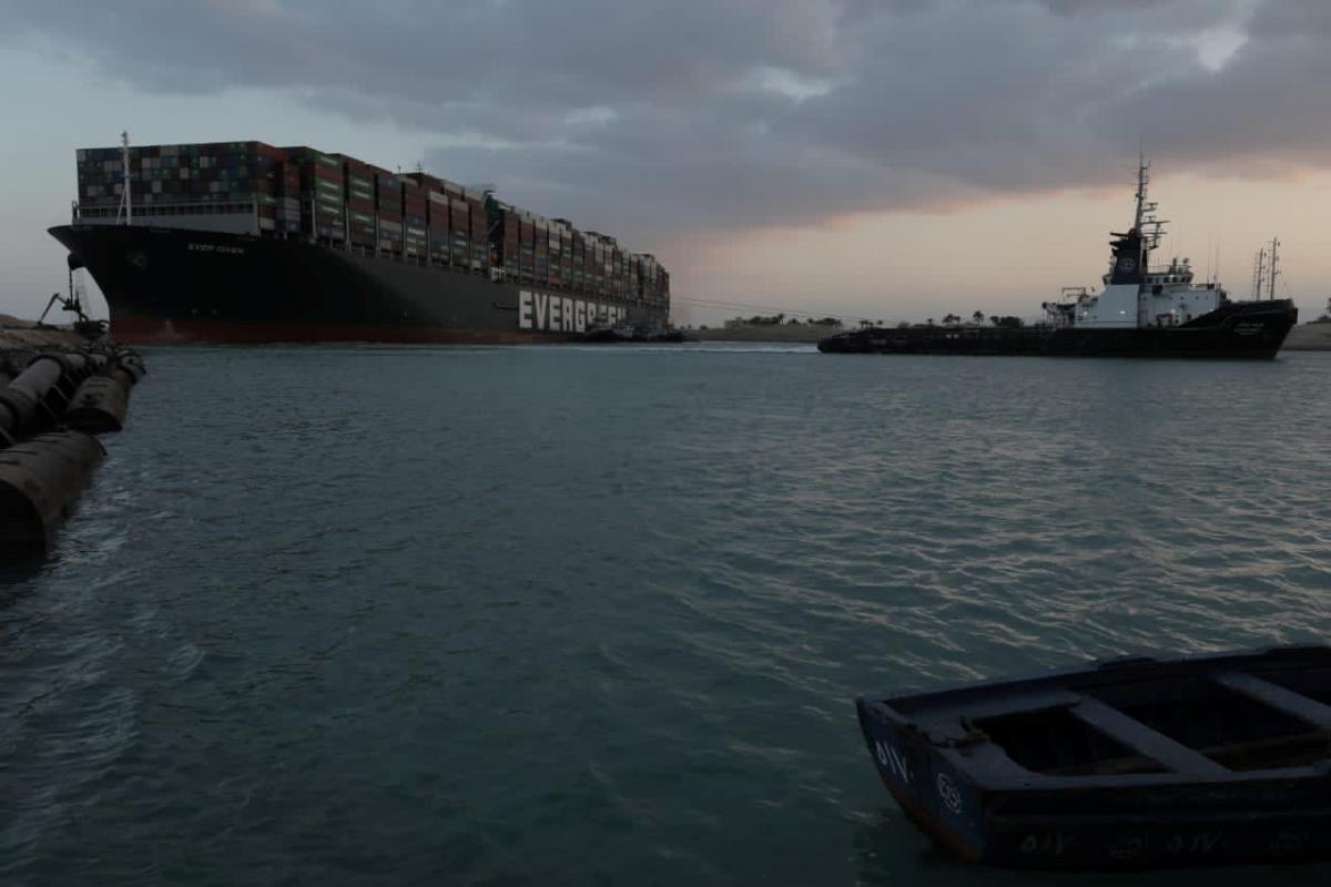 С судном работали около 10 буксиров / фото REUTERS
