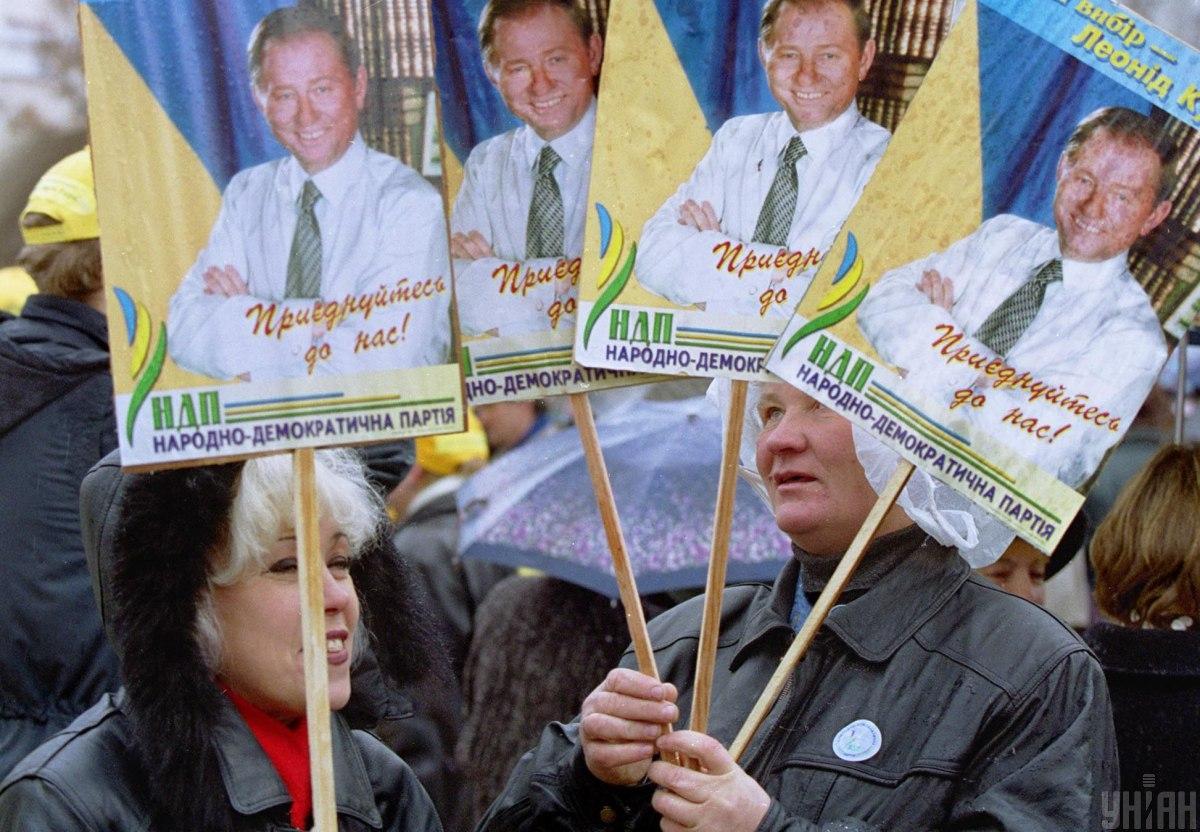 Учасники мітингу антикомуністичних сил тримають плакати з портретами кандидата в президенти Леоніда Кучми / фото УНІАН, Віктор Побединський