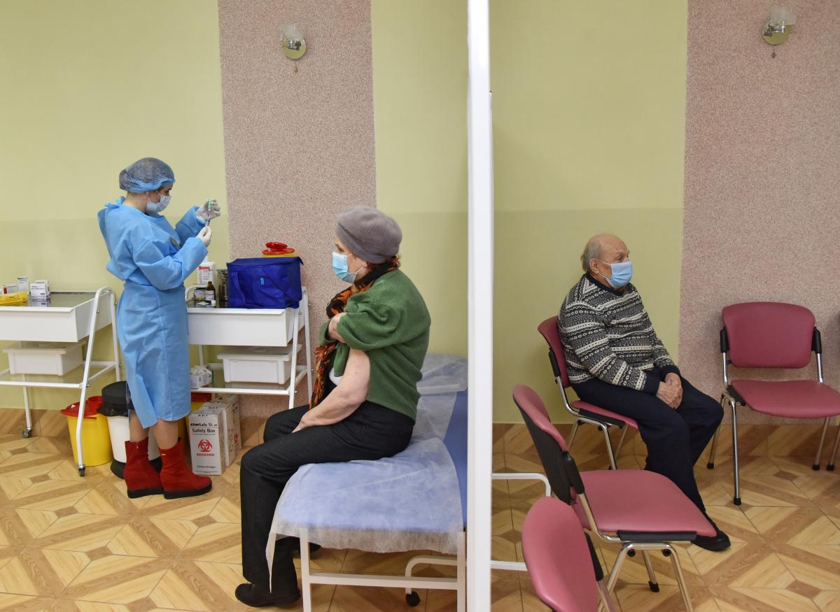 Nearly 1,600 Ukrainians vaccinated against COVID-19 in past day / REUTERS