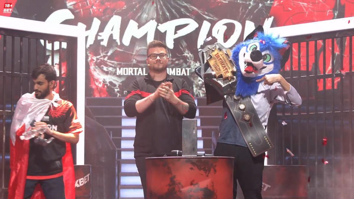 SonicFox у фурі-костюмі з чемпіонським поясом турніру з MK 11 / скріншот