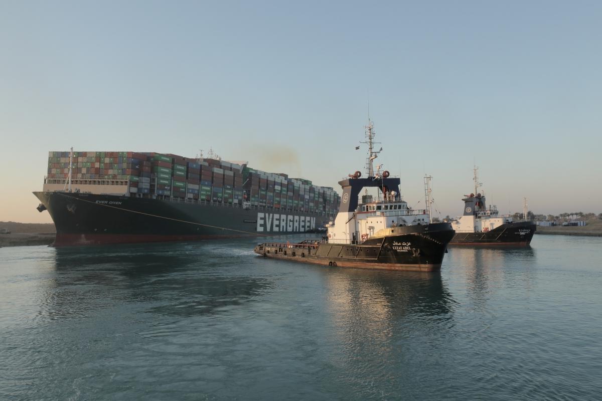 Первые три судна смогли пересечь Суэцкий канал/ фото REUTERS