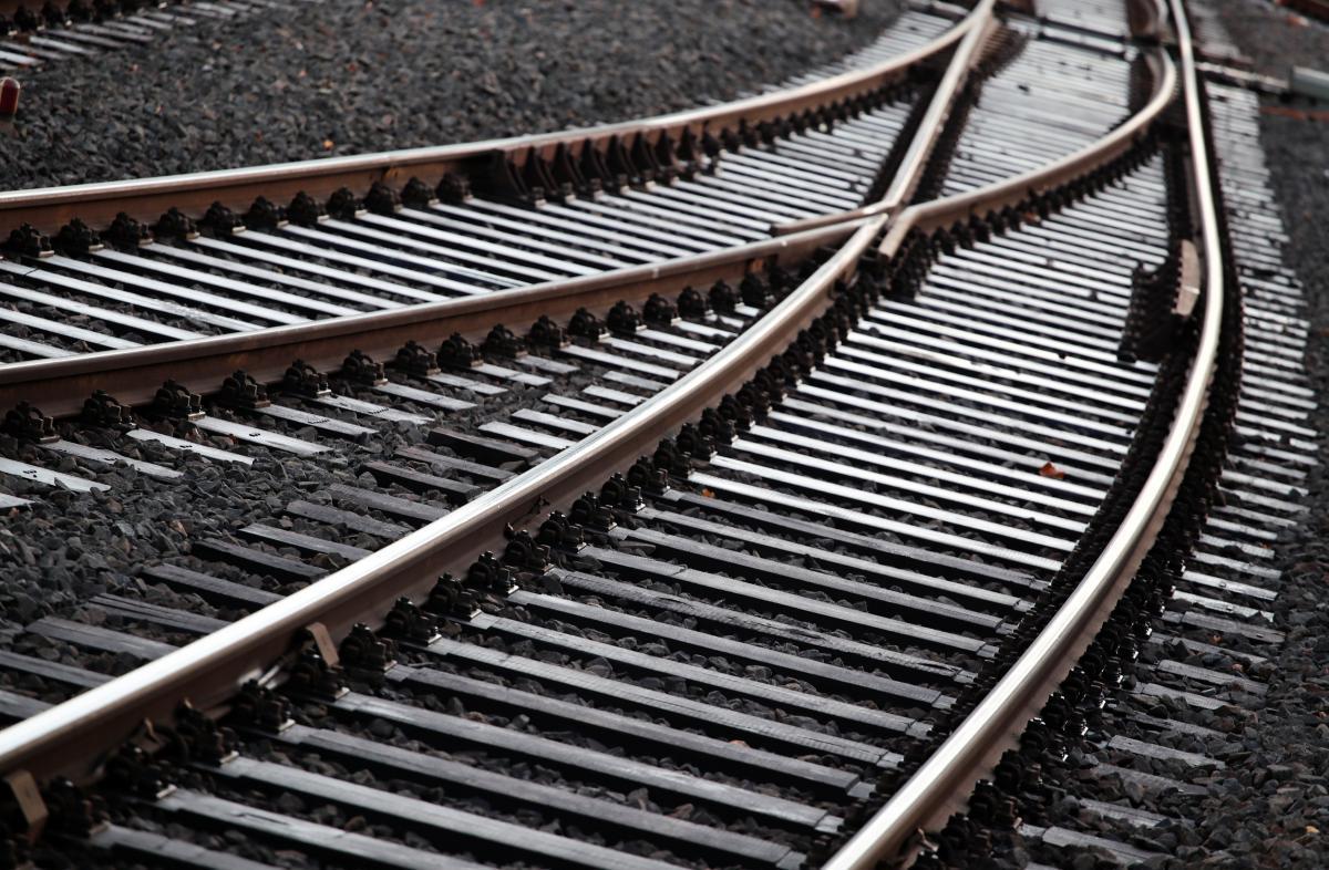 Парень был в наушниках и не услышал приближения поезда / Иллюстрация REUTERS
