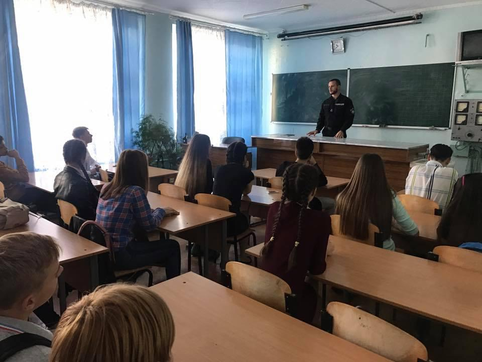 Дмитрий Ревун работает с детьми/ фото из личного архива героя