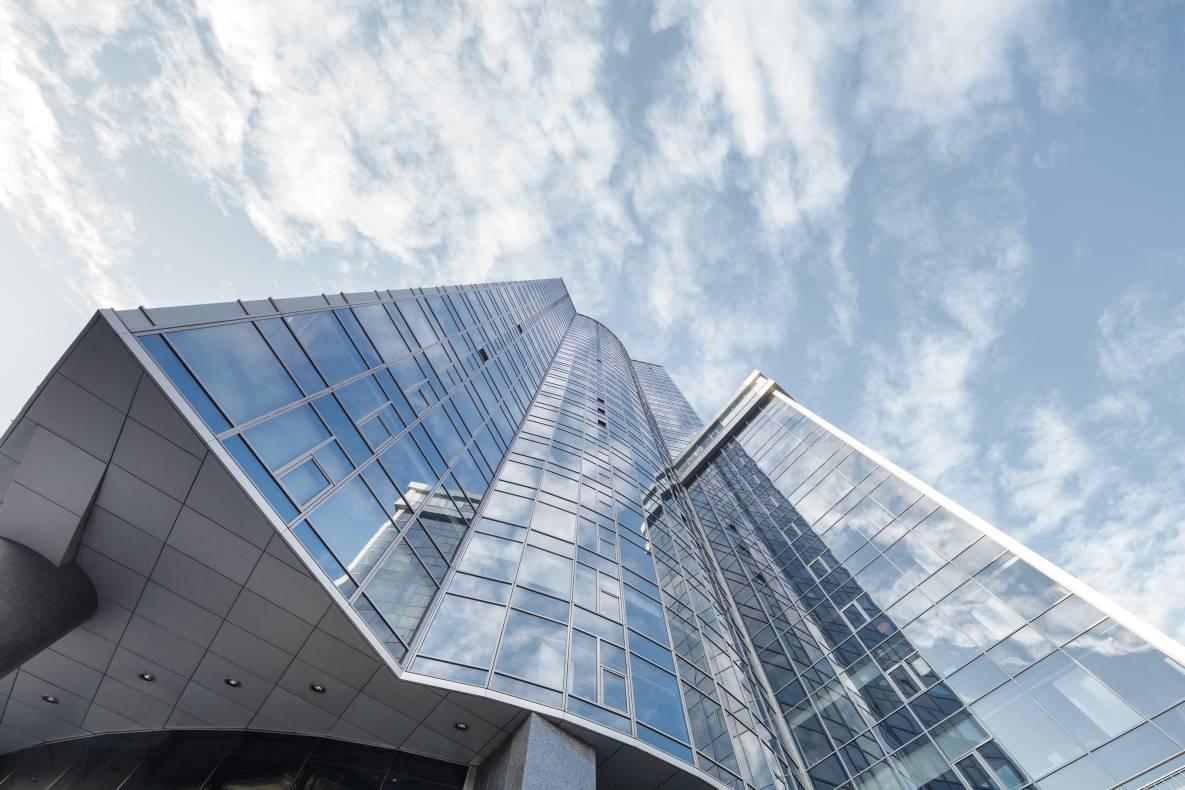 """Брокери розташували свій офісв одному з найбільших бізнес-центрів столиці – «Гулівері», на 32-му поверсі, але ошукані громадяни не можуть туди потрапитичерез """"карантин"""" / фото gullivercenter.com"""