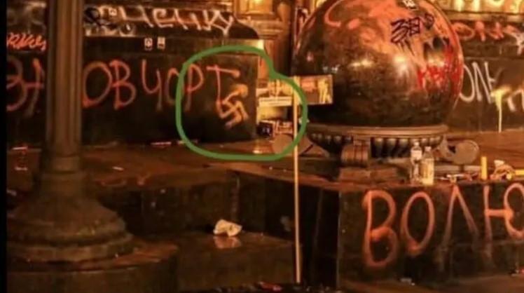 Свастику, по данным полиции, нарисовали в23:35/ Фото Telegram