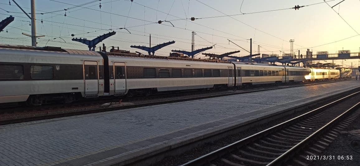 В Киеве задерживаются поезда из-за кражи кабеля на Дарнице /фото facebook/oleksandr.pertsovskyi