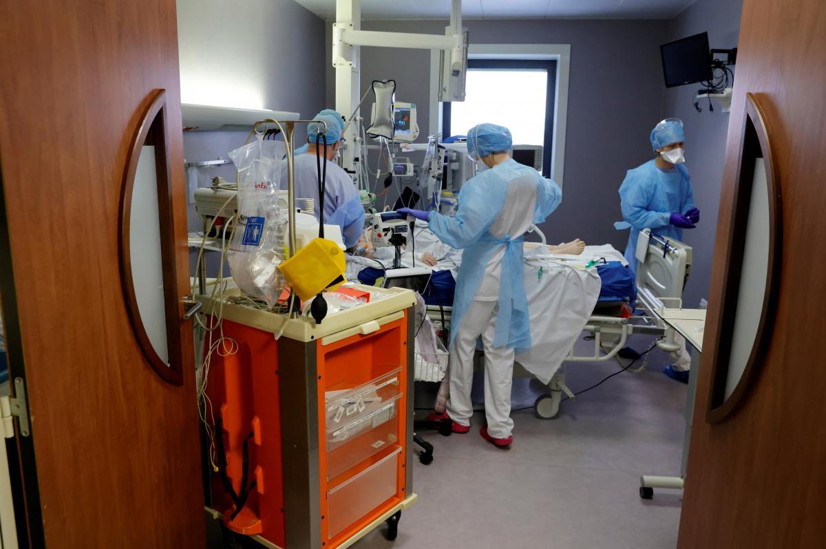 Лікарня продовжує дослідження особливостей нового коронавірусу та стійкість до наявних вакцин / фото REUTERS