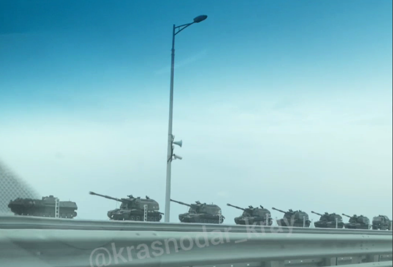 Россия свозит боевую технику в Крым/ Скриншот с видео