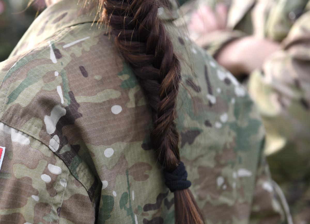 Стандартна форма, що видається військовослужбовцям у Швейцарії, включає лише чоловічу білизну / фото ua.depositphotos.com