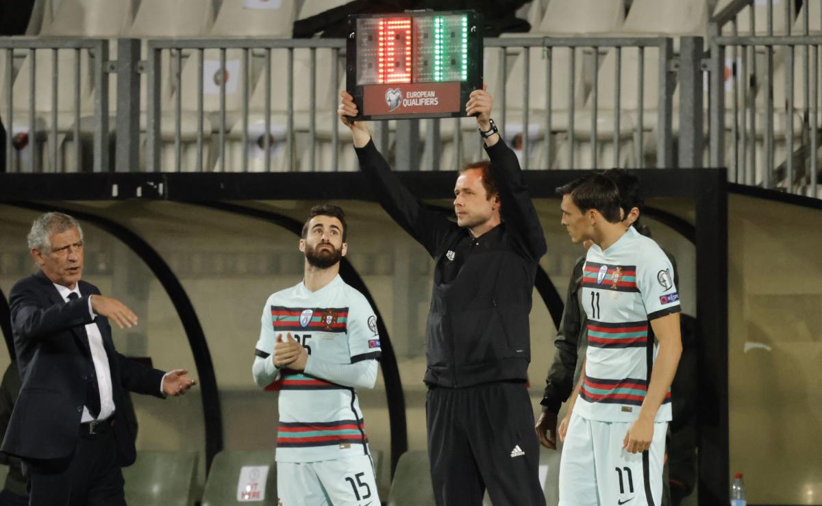Замена в матче квалификации ЧМ-2022 с участием сборной Португалии / фото REUTERS