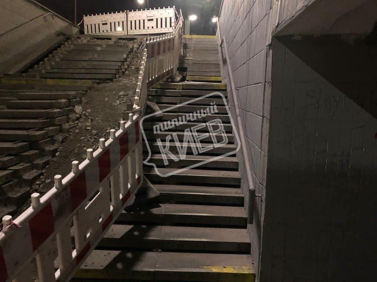В Киеве рушится лестница в подземном переходе: коммунальщики нашли