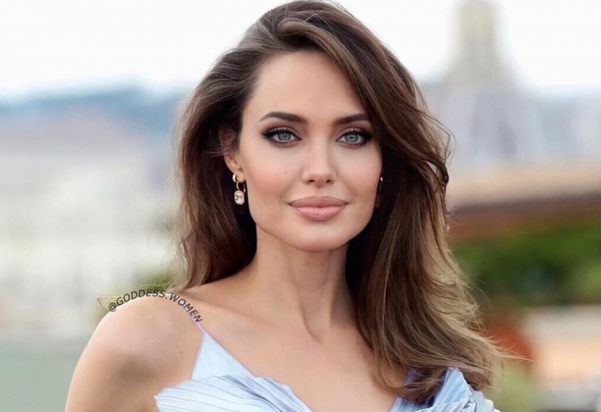 Анджелина Джоли — актриса сверкнула голіми плечами
