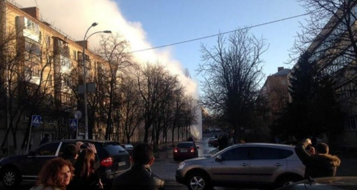 Прорыв трубопровода — в Киеве образовался огромный гейзер — УНИАН
