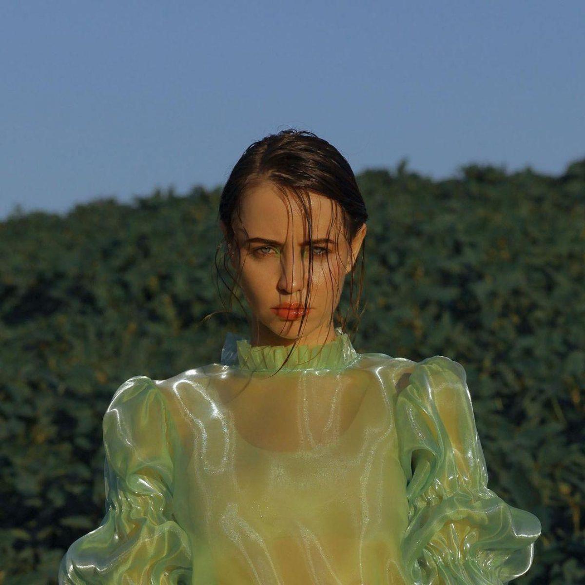 Надя Дорофеева — певица в мини-платье похвасталась стройной фигурой