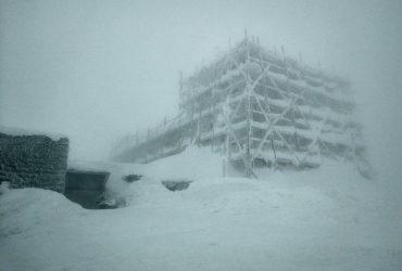 Весна у Карпатах почалася заметіллю: видимості майже немає, температура впала до -10° (фото)