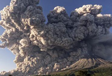 На Суматре проснулся вулкан: близлежащие города засыпало пеплом (видео)
