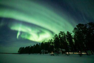 Фантастичне північне сяйво помітили в небі над Лапландією (фоторепортаж, відео)