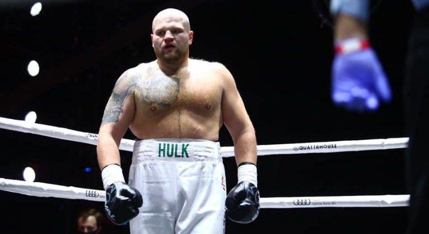 """Украинский боксер по прозвищу """"Халк"""" эффектно нокаутировал соперника в первом раунде (видео)"""