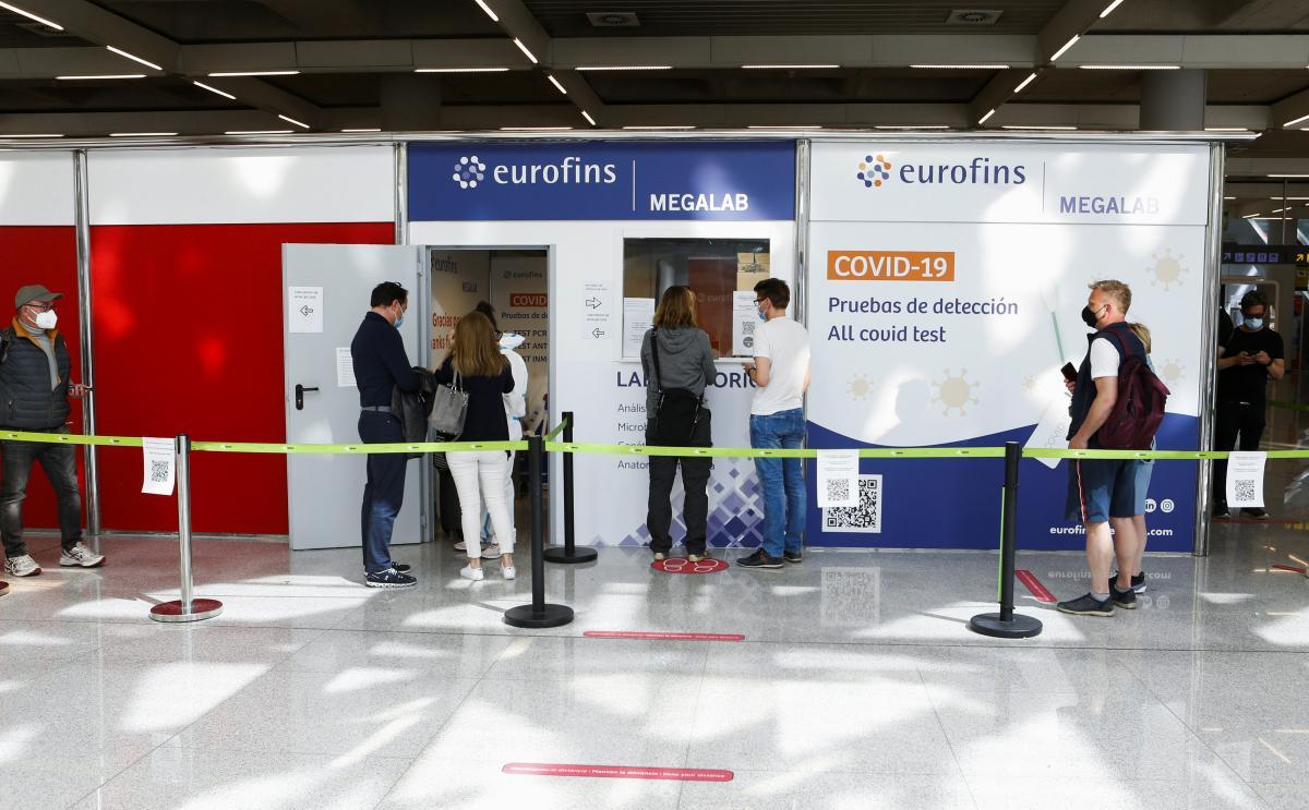 Требование только ПЦР-тестов значительно влияет на затраты путешественников / фото REUTERS