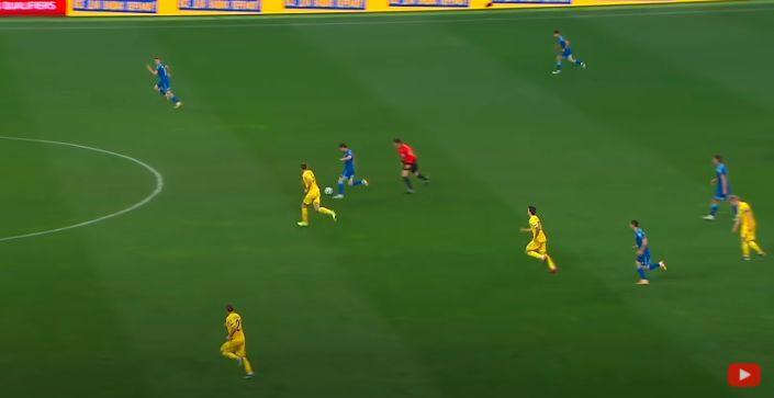 Зинченко (крайний справа) выключился из эпизода / скриншот/Каналы Футбол 1,2,3