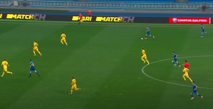 Вороговский не встретил сопротивления на фланге, Сидорчук в это время в центре возвращается в оборону перед игроком, который отдаст голевой пас/ скриншот/Каналы Футбол 1,2,3