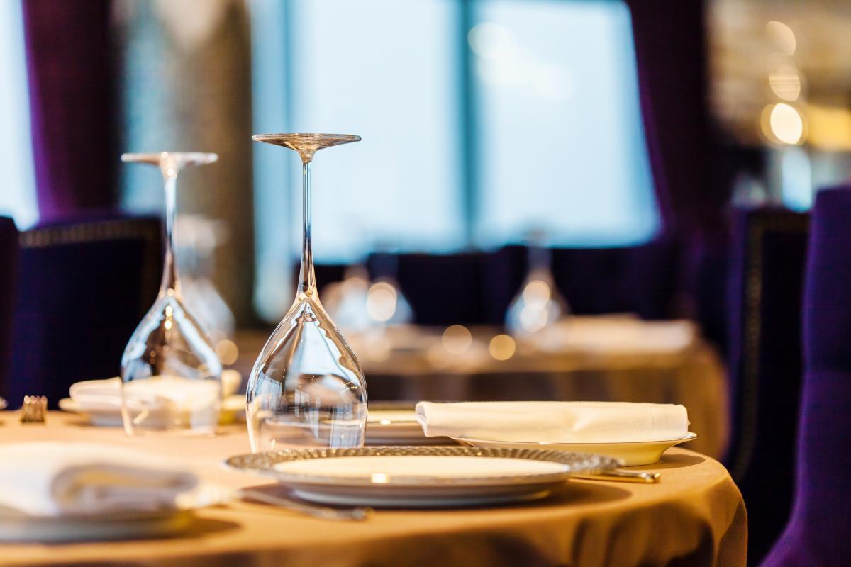 Туристы не смогут сами накладывать себе еду, за них это будут делать официанты \ фото ua.depositphotos.com