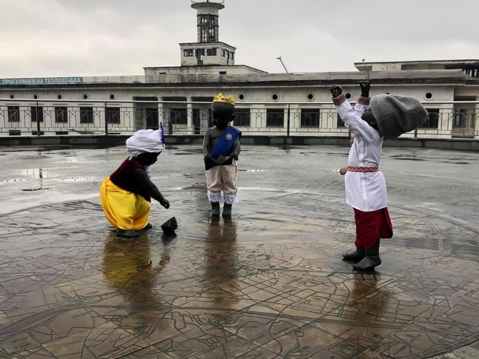 Скульптуры детей на Почтовой площади стали сказочными героями / фото facebook.com/volodymyr.zhuravel/