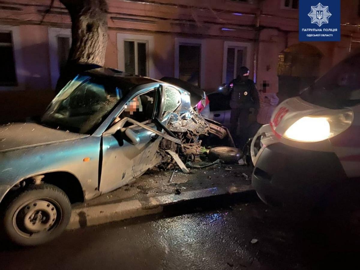Машина скорой помощи врезалась в припаркованное такси, что ожидало пассажиров / фото Управления патрульной полиции в Одесской области
