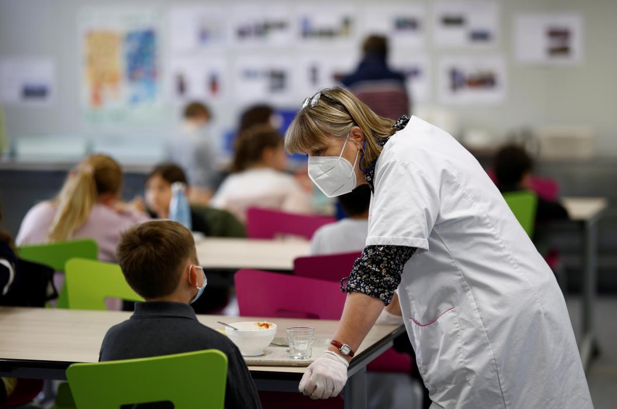 У всіх комунальних школах Києва показники вакцинації педагогічного колективу перейшли за 80% / фото REUTERS