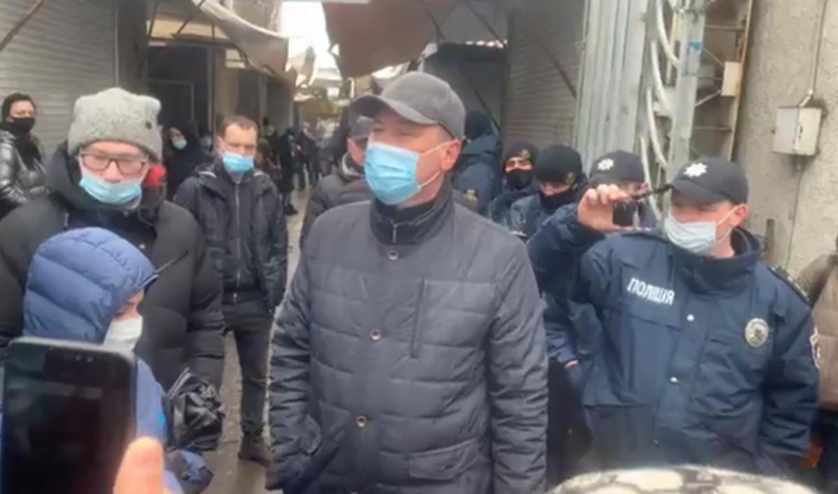 В Николаеве полиция не смогла закрыть рынок/ Скриншот с видео