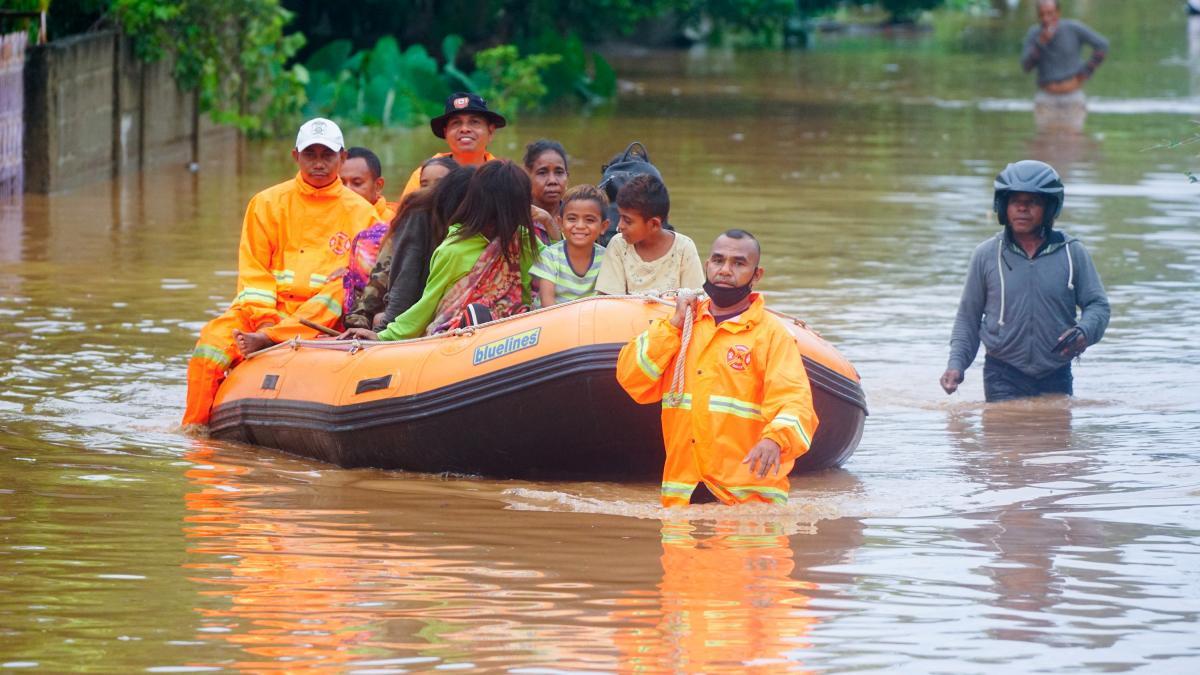 Индонезия борется с последствиями наводнения / фото REUTERS