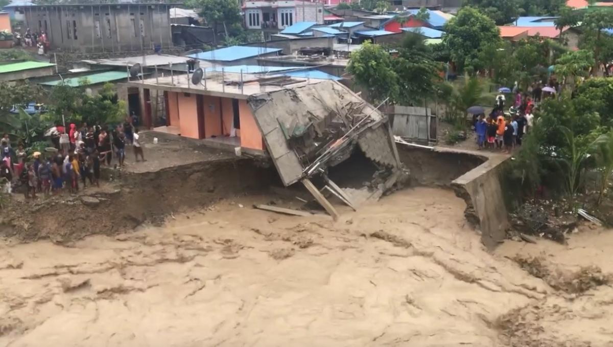 В результате ливней произошло много оползней / фото REUTERS