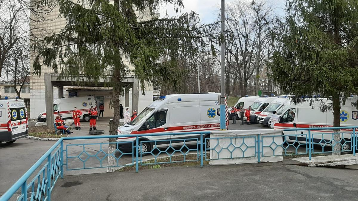 Возле больниц собираются очередииз скорых / фото Людмила Коваленко, Facebook