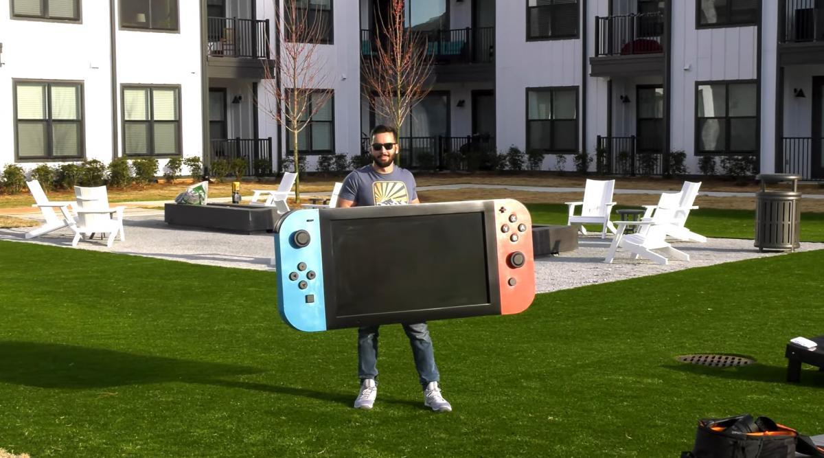 Майкл Пик с гигантской Nintendo Switch /скриншот