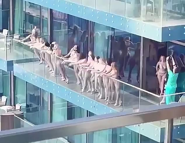 Обнаженных девушек застали на балконе небоскреба / фото Twitter