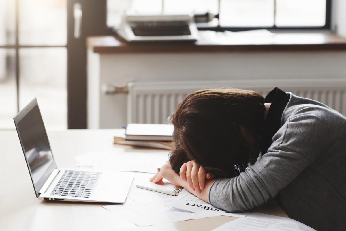Специалист отмечает, что каждому человеку важно научиться понимать свою усталость, так как часто за ней могут скрываться более глубокие чувства / ua.depositphotos.com
