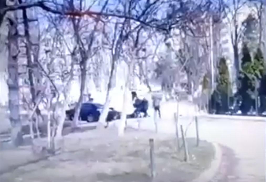 По словам очевидцев, в похищении участвовало 5-6 человек / скриншот извидео