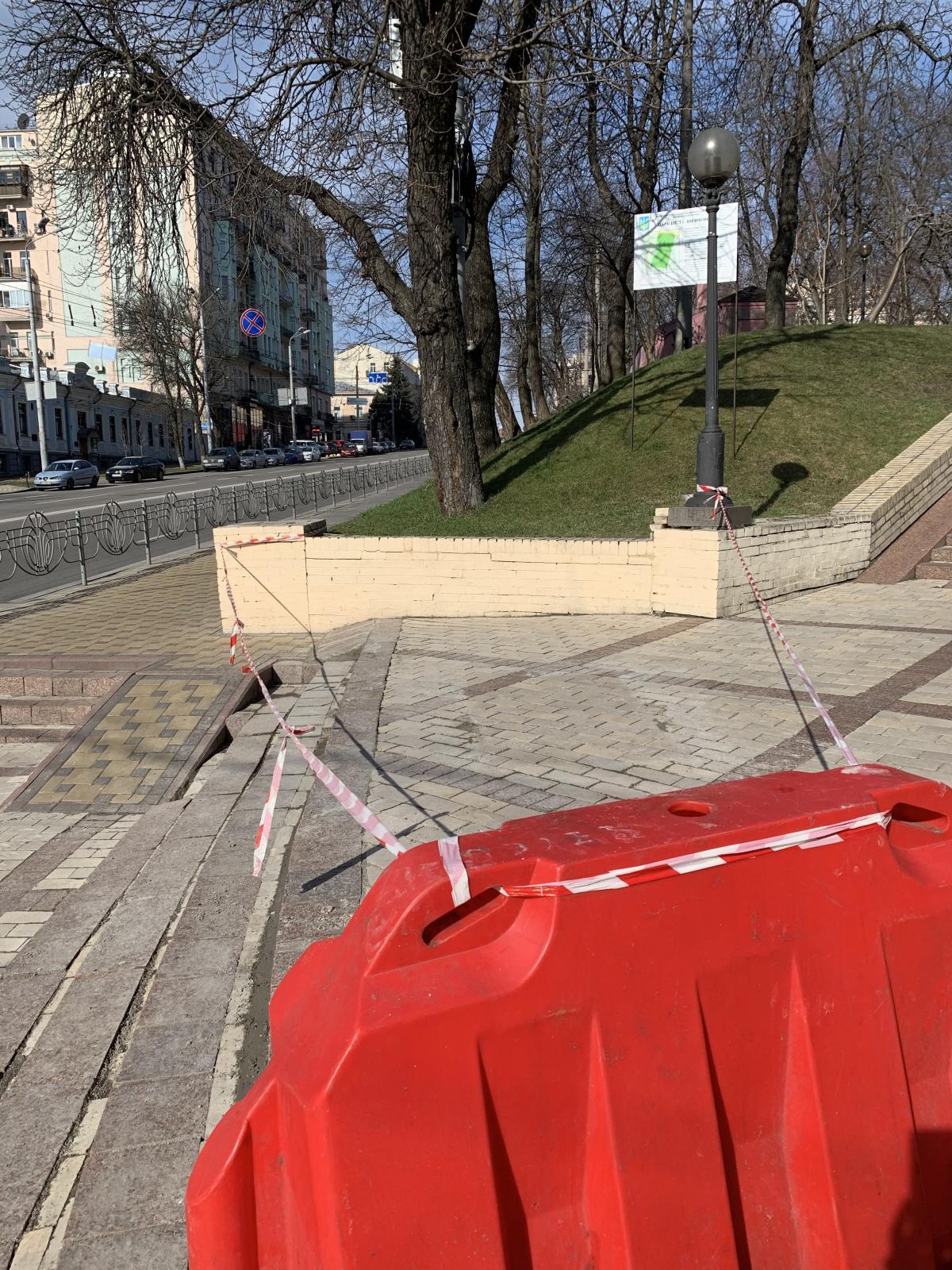 Своеобразно ограничили вход в парк Шевченко в центре Киева / фото УНИАН