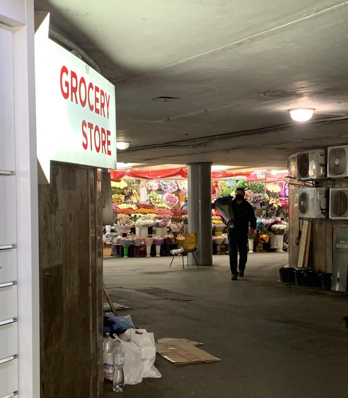 Цветочный бизнес в подземном переходе возле станции метро Льва Толстого – процветает / фото УНИАН