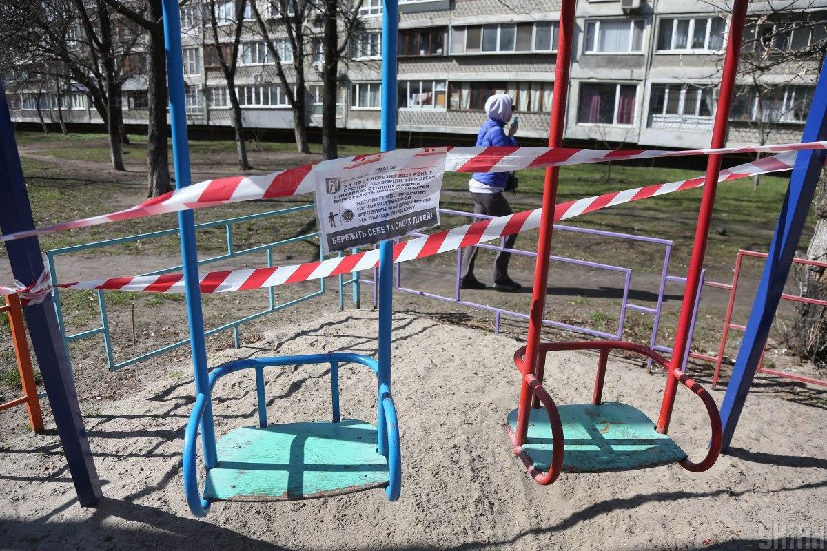 Сотрудники коммунальных служб закрыли детские площадки / фото УНИАН